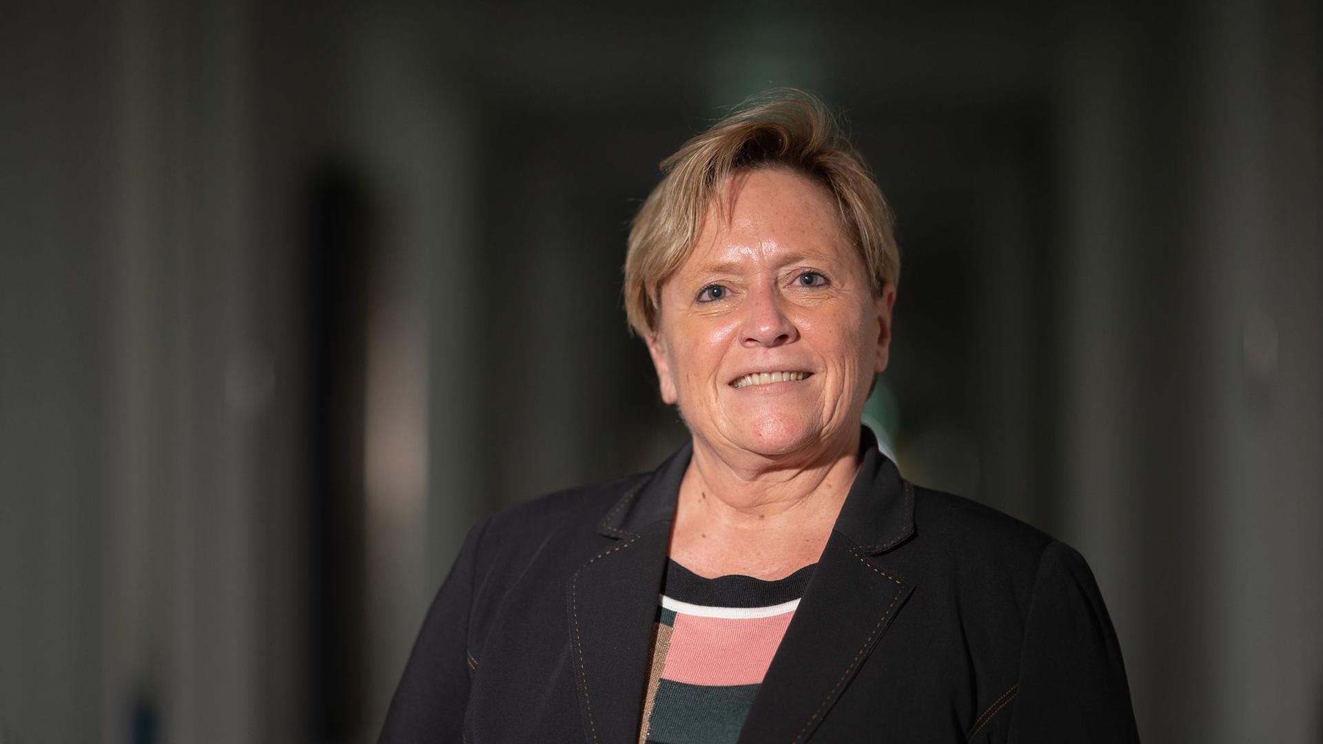 Susanne Eisenmann (CDU), Ministerin für Kultus, Jugend und Sport von Baden-Württemberg, lächelt.