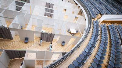Pflegeschülerinnen des Klinikum Stuttgart gehen durch das Zentrale Impfzentrum in der Liederhalle.