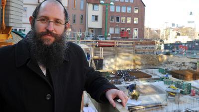 Der Rabbiner Shneur Trebnik.