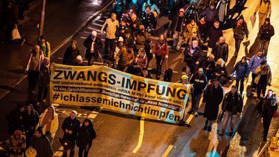 Menschen demonstrieren am Silvesterabend in Stuttgart gegen die Corona-Politik.