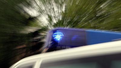 Das Blaulicht eines Polizei-Einsatzfahrzeuges leuchtet.