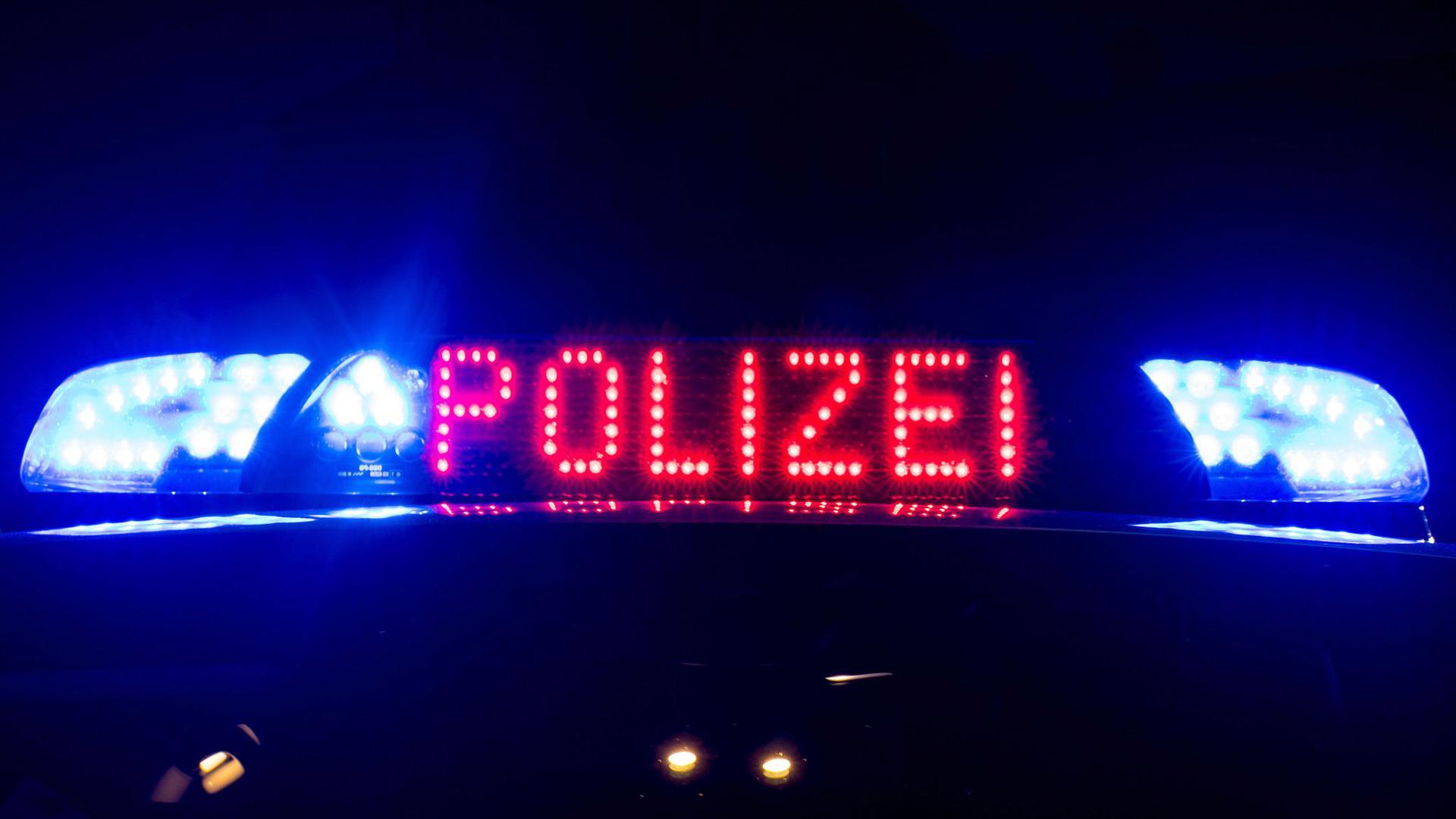 Das Blaulicht auf einem Polizeiauto.
