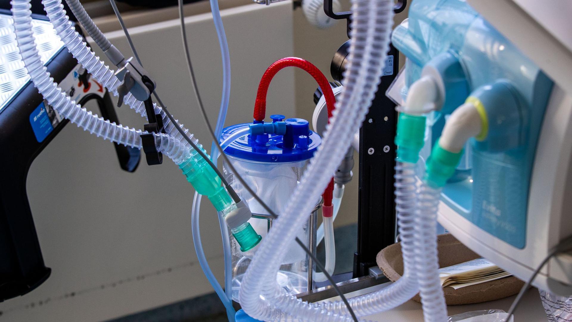 Ein Beatmungsgerät steht neben einem Bett auf der Intensivstation