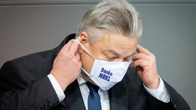 """Thomas Seitz(AfD) trägt eine Maske mit der Aufschrift """"Danke MRKL"""""""