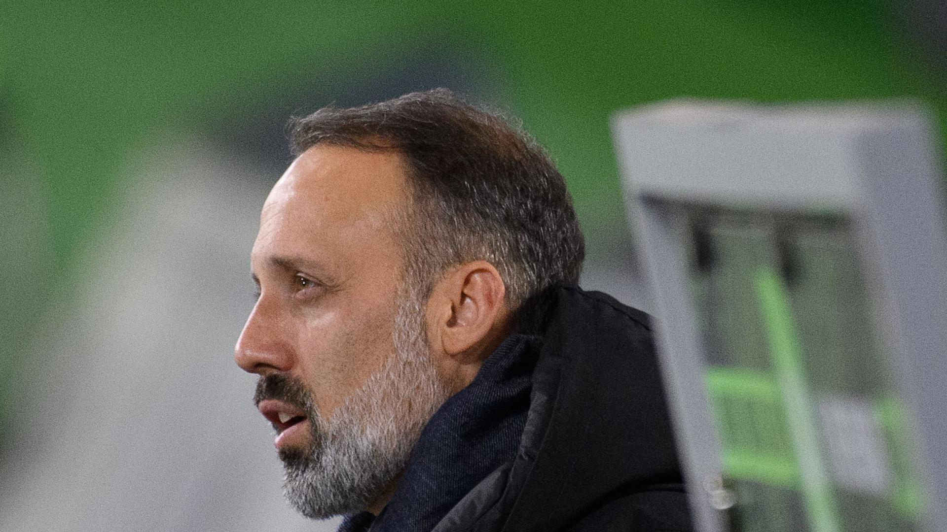 Stuttgarts Trainer Pellegrino Matarazzo ist vor dem Spiel im Stadion.