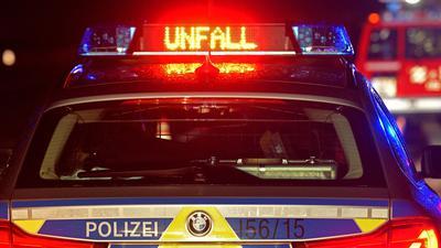"""Der Schriftzug """"Unfall"""" leuchtet an einem Streifenwagen."""