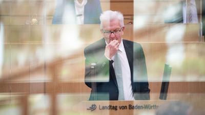 Winfried Kretschmann (Bündnis 90/Die Grünen), Ministerpräsident von Baden-Württemberg, gestikuliert.