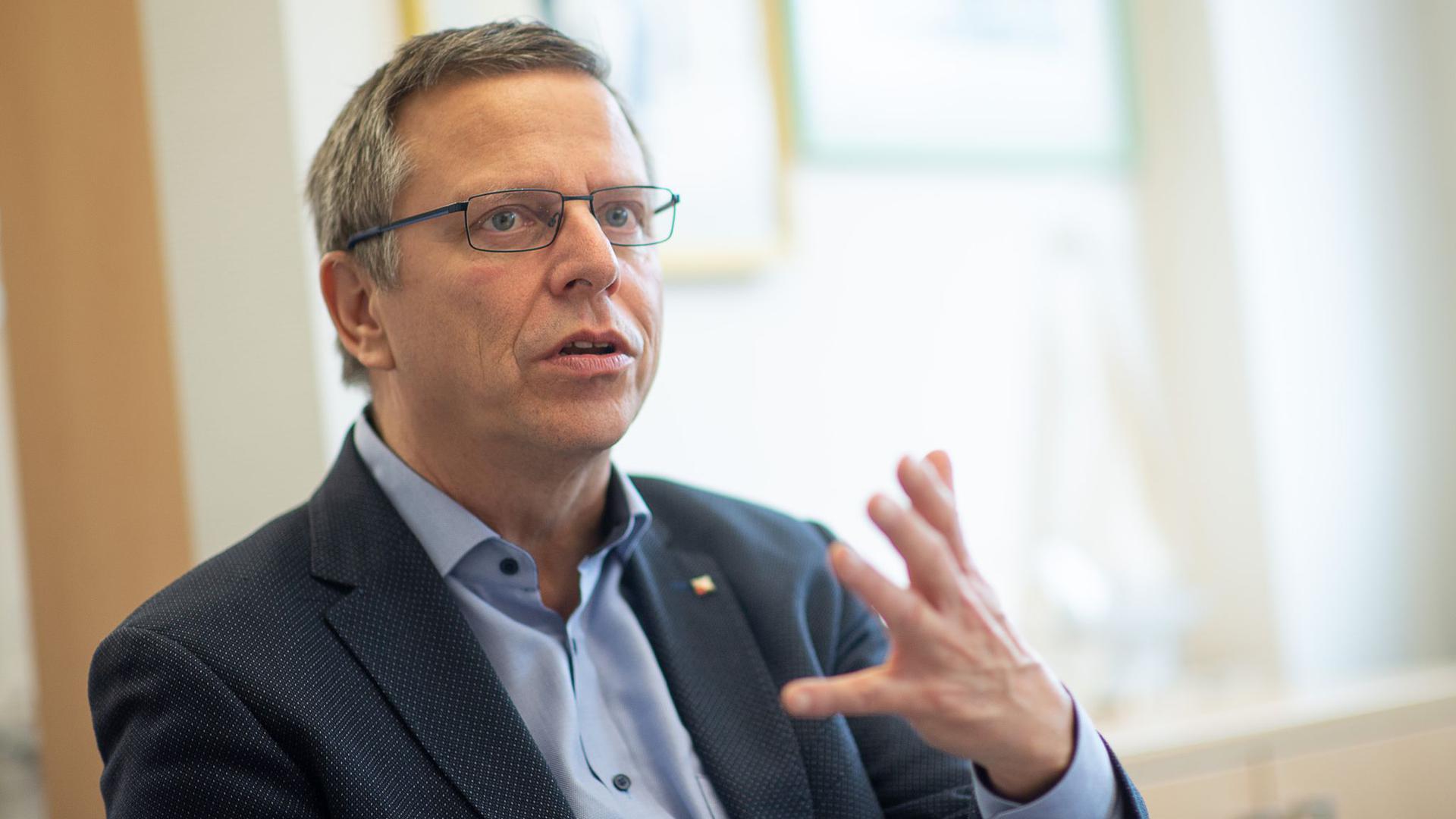 Martin Gross, Landesbezirksleiter der Gewerkschaft Verdi in Baden-Württemberg, spricht.