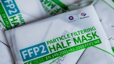 FFP2 Masken mit CE-Zertifizierung liegen verpackt auf einem Tisch.