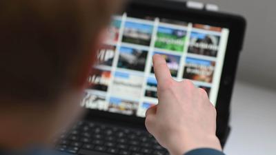 Ein 13 Jahre alter Schüler arbeitet an einem iPad mit der Lernplattform Moodle.