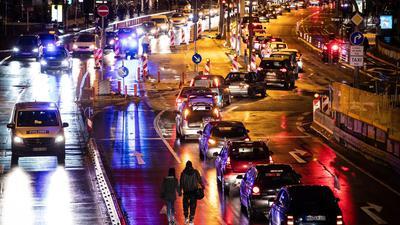 """Anhänger der Bewegung """"Querdenken""""  demonstrieren mit einemAutokorso (rechte Fahrspur) in der Stuttgarter Innenstadt."""