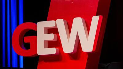 """Das Logo der """"GEW"""" hängt an einer Stele."""