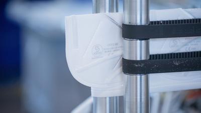 FFP2-Schutzmasken werden in einer Produktionsstätte hergestellt.