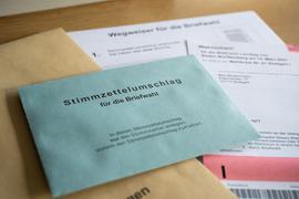 Briefwahlunterlagen liegen im Stuttgarter Rathaus.