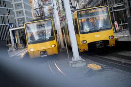 Zwei Wägen der Stadtbahn Stuttgart stehen an einer Haltestelle.