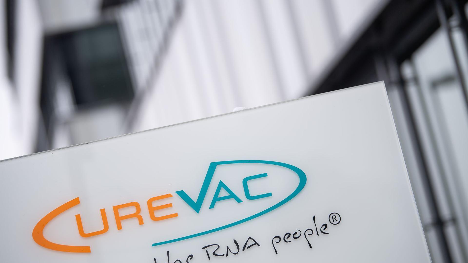 Das Logo des Biotech-Unternehmens Curevac steht an der Unternehmenszentrale.