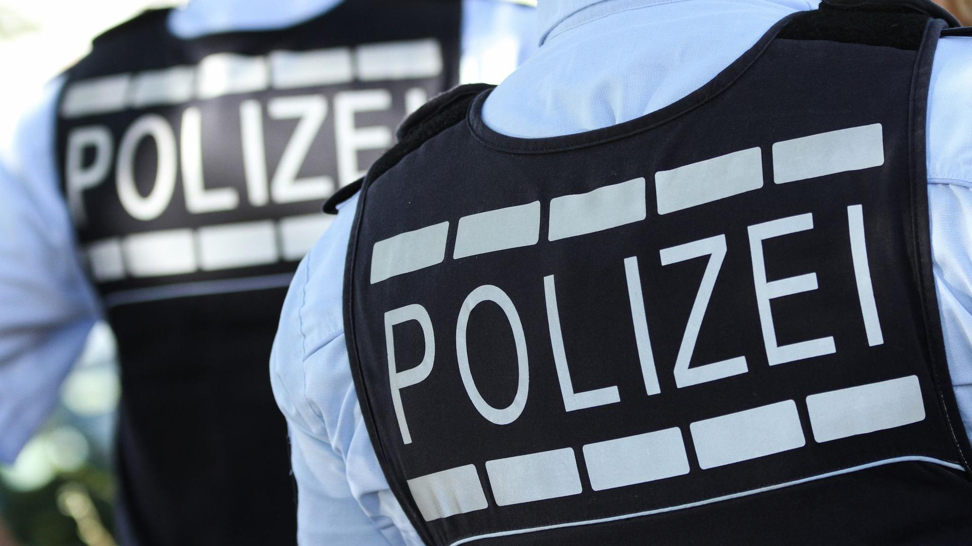 In Polizei-Westen gekleidete Polizisten.
