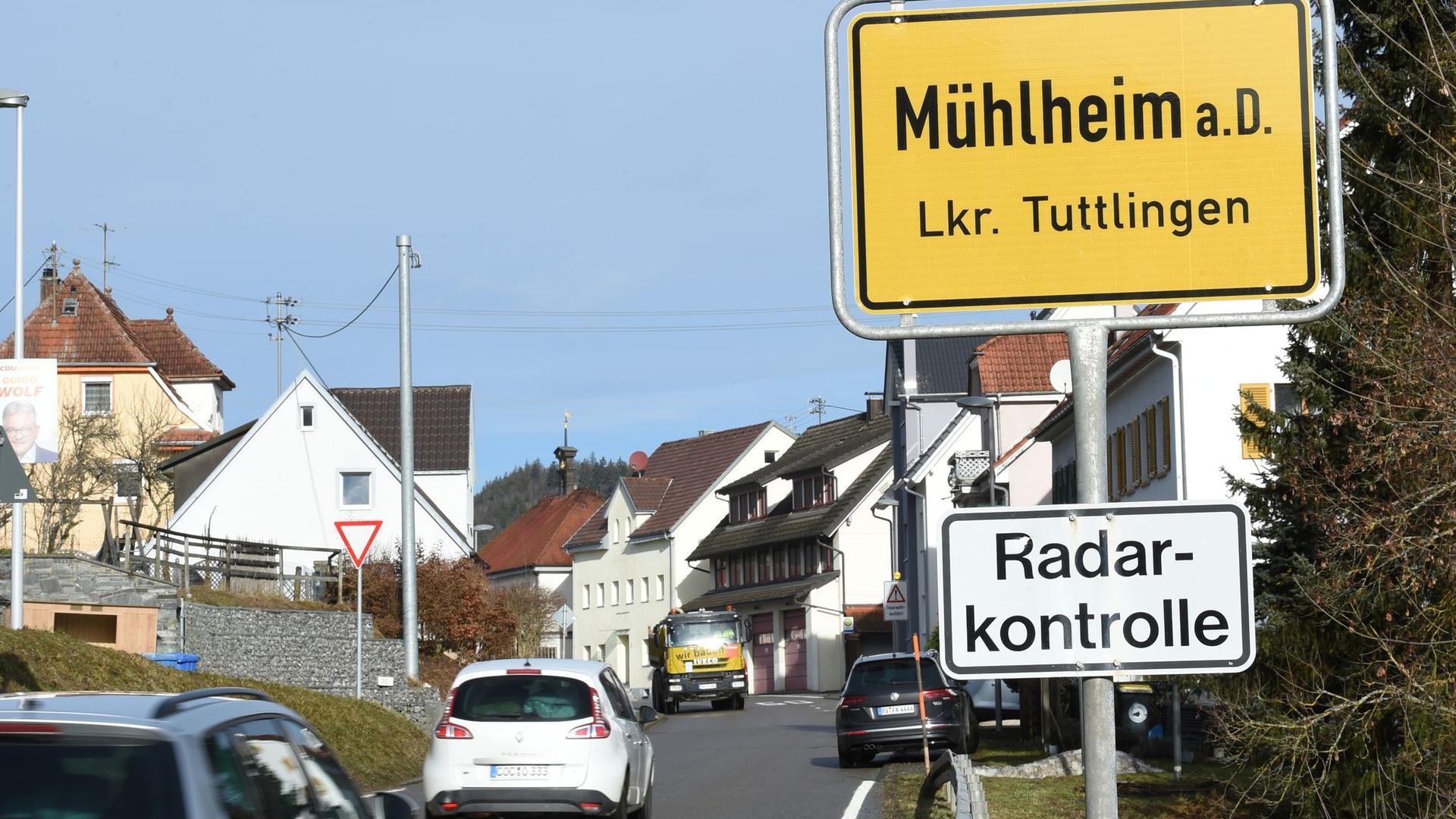 Mehrere Autos fahren am Ortsschild der Stadt Mühlheim an der Donau vorbei.