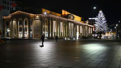 Ab Donnerstag wieder in einigen Teilen des Landes erlaubt: Zwei Personen gehen nachts über den Stuttgarter Schlossplatz.
