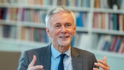 Jochen Cornelius-Bundschuh sitzt in seinem Büro.
