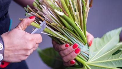 Eine Floristin arbeitet an einem Blumenstrauß.