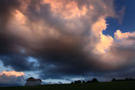 Wolken leuchten im Abendlicht.