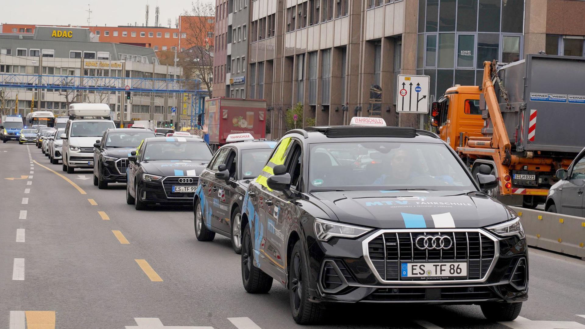 Inhaber und Beschäftigte von Fahrschulen demonstrieren in Stuttgart mit einem Autokorso.