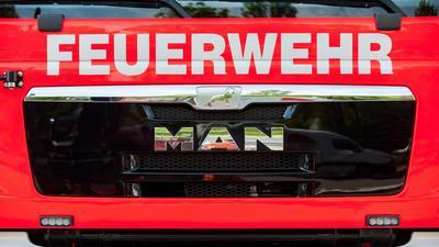 Frontansicht eines Löschfahrzeugs der Feuerwehr.