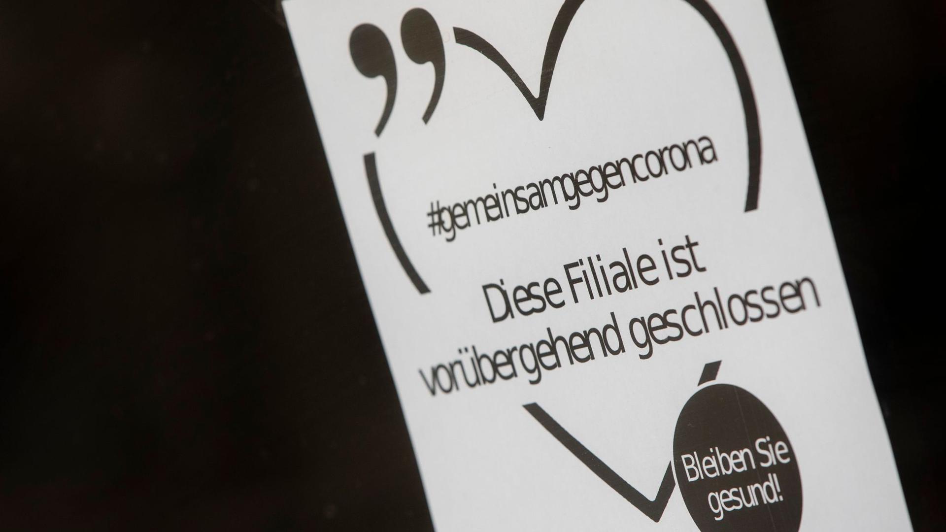 In einem Schaufenster in Stuttgart hängt ein Hinweis auf den Lockdown.