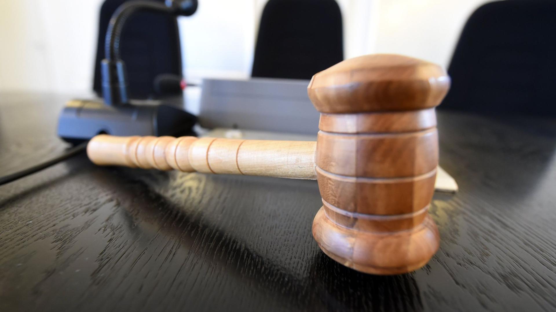 Auf der Richterbank liegt am ein Richterhammer aus Holz.