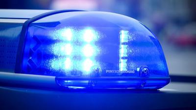 Das Blaulicht an einem Polizeiauto leuchtet.