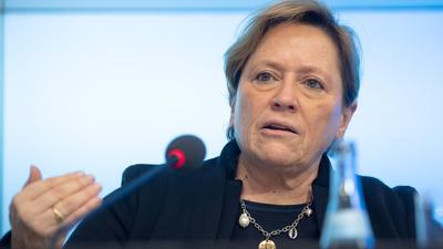 Susanne Eisenmann spricht auf einer Pressekonferenz.
