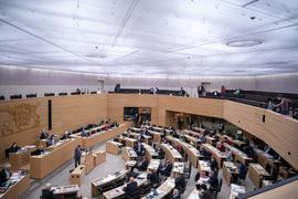 Abgeordnete sitzen im Plenarsaal.