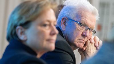 Winfried Kretschmann (Bündnis 90/Die Grünen, r.) und Susanne Eisenmann (CDU) sitzen nebeneinander.