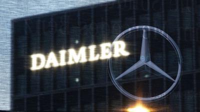Die Zentrale der Daimler AG mit dem Logo.