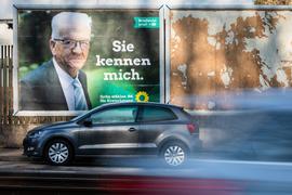 """""""Sie kennen mich"""" steht auf einem Winfried-Kretschmann-Wahlplakat für die Landtagswahl geschrieben."""