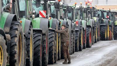 Traktoren stehen zu einem Protest auf einer Straße.