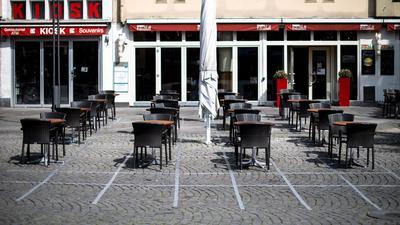 Mit Klebestreifen hat ein Cafe die Sicherheitsabstände zwischen den einzelnen Tischen markiert.