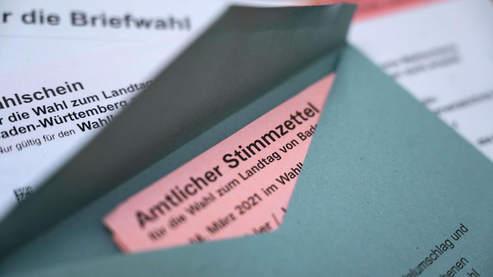Ein Stimmzettel zur Landtagswahl in Baden-Württemberg liegt in einem Wahlumschlag.