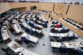 Abgeordnete sitzen während einer Sitzung im Stuttgarter Landtag auf ihren Plätzen.