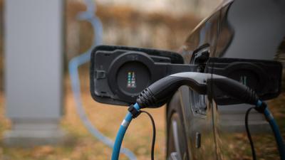 Ein Elektroauto wird an einer Ladesäule geladen.