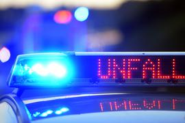 Auf einem Polizeifahrzeug warnt eine Leuchtschrift vor einer Unfallstelle.