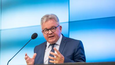 Baden-Württembergs Tourismusminister Guido Wolf (CDU) spricht bei einer Pressekonferenz.
