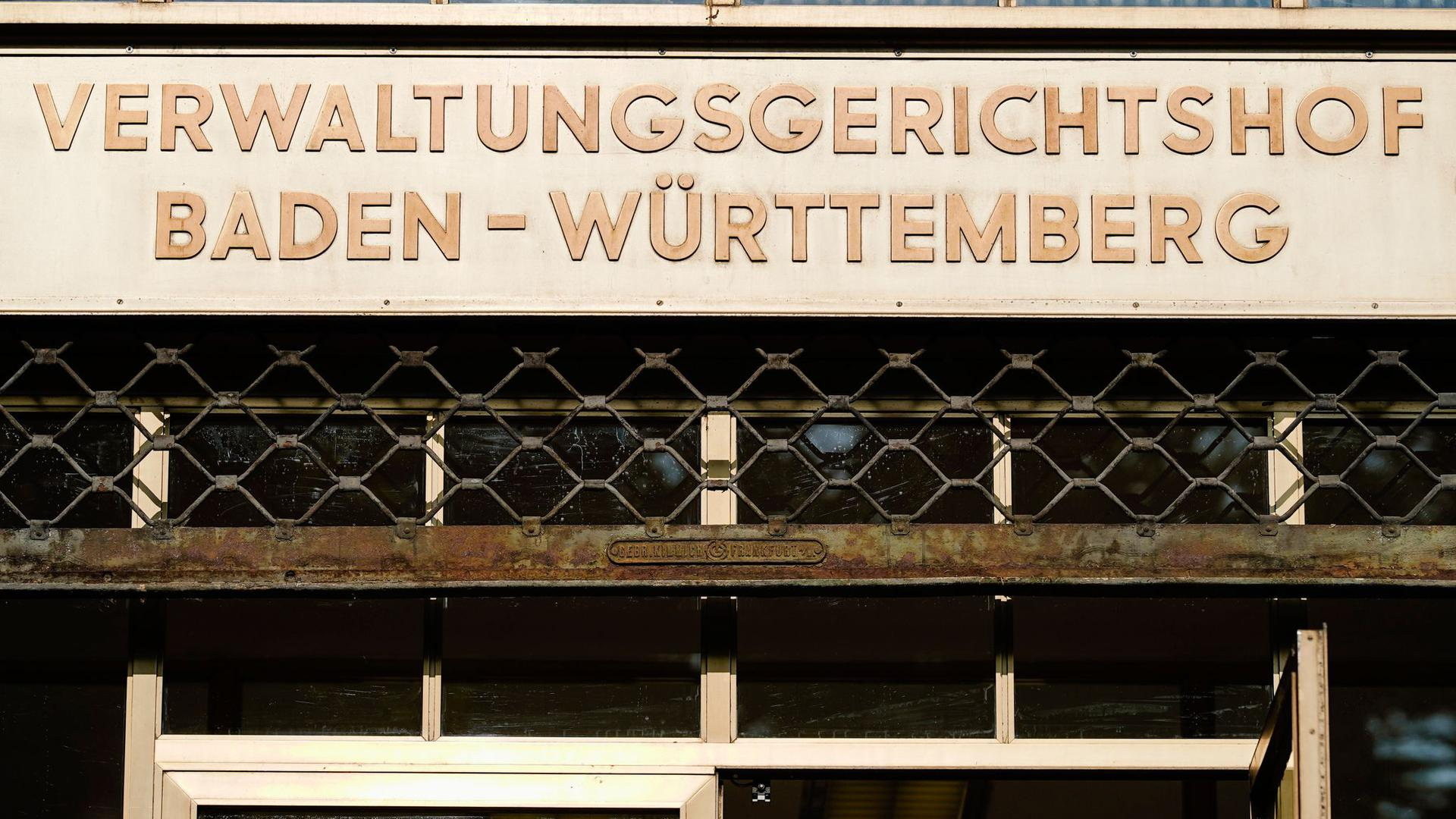 """Der Schriftzug """"Verwaltungsgerichtshof Baden-Württemberg"""" ist über dem Haupteingang des baden-württembergischen Verwaltungsgerichtshofs angebracht."""