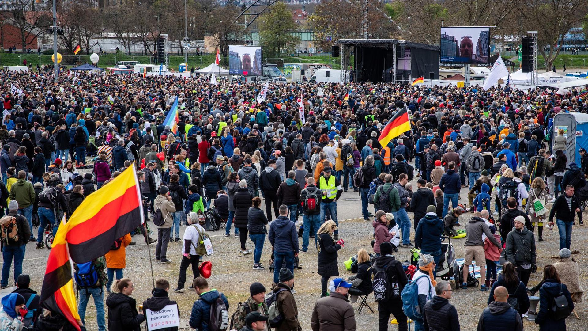 """Menschenmassen bei einer Demonstration der Initiative """"Querdenken"""" in Stuttgart."""