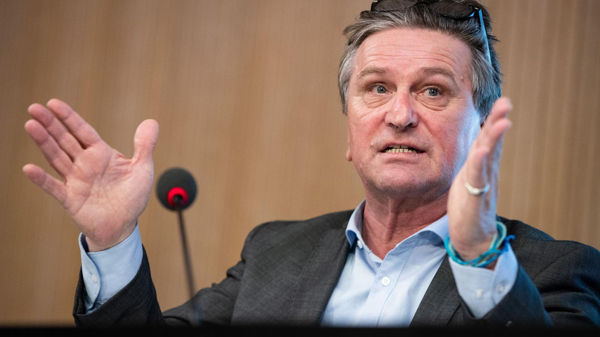 Baden-Württembergs Gesundheitsminister Manne Lucha (Grüne) spricht bei einer Pressekonferenz.
