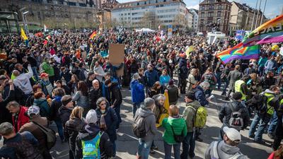 """Zahlreiche Menschen auf dem Marienplatz bei einer Demonstration der Initiative """"Querdenken""""."""