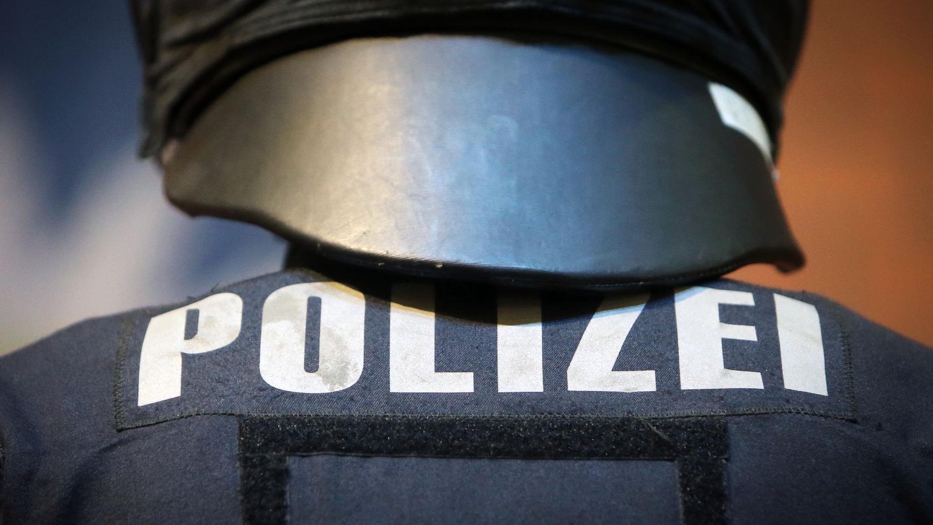 Ein Polizeibeamter in Schutzkleidung.