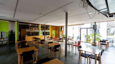 Stühle stehen im leeren Café KaffeeMühle des Seniorenzentrums Mühlehof.