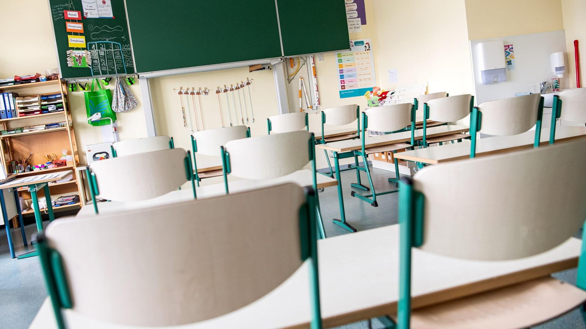 Ein leerer Klassenraum.